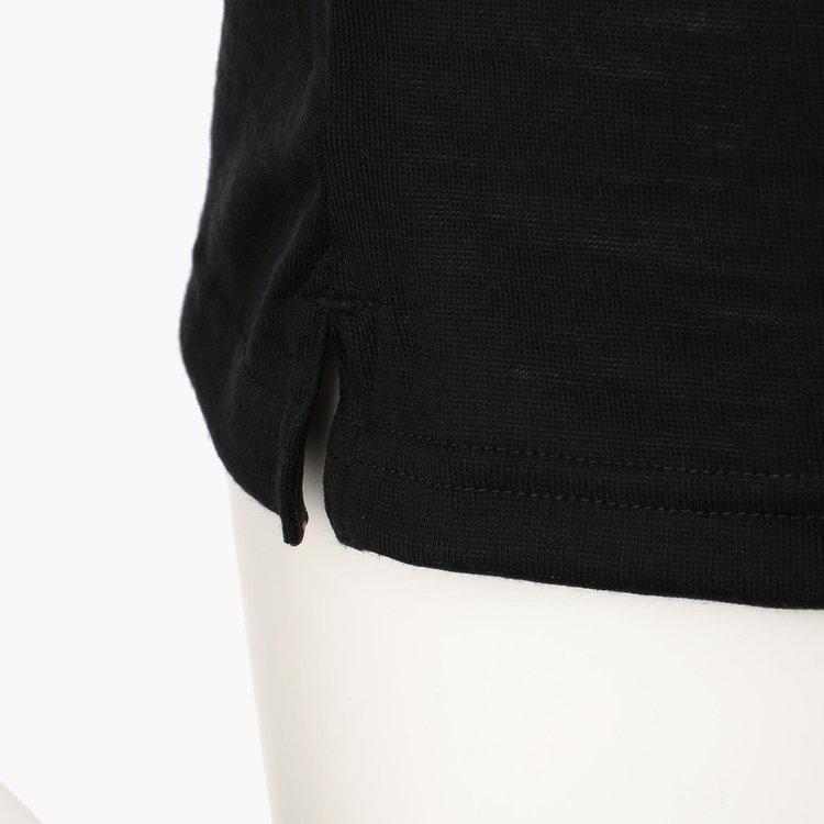 両脇にスリットを配し、タックアウトの際もバランスよく着こなせます。