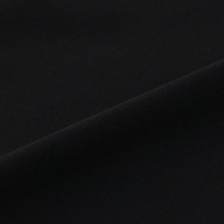 薄手ながら透けにくくストレッチ性に富んだファブリックを使用。吸収速乾、UVカットなどアクティブシーンに最適な機能性を併せ持っている。
