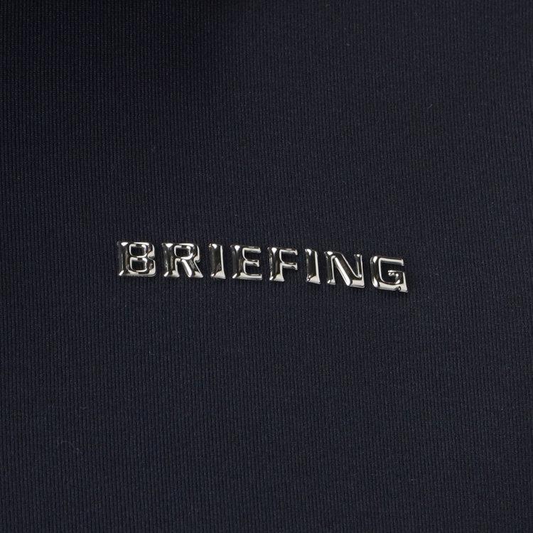 胸元に配したBRIEFINGのメタリックロゴ。