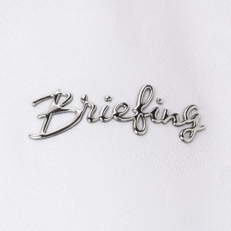 胸元に配したメタリックのBRIEFINGロゴがさりげないアクセントに。