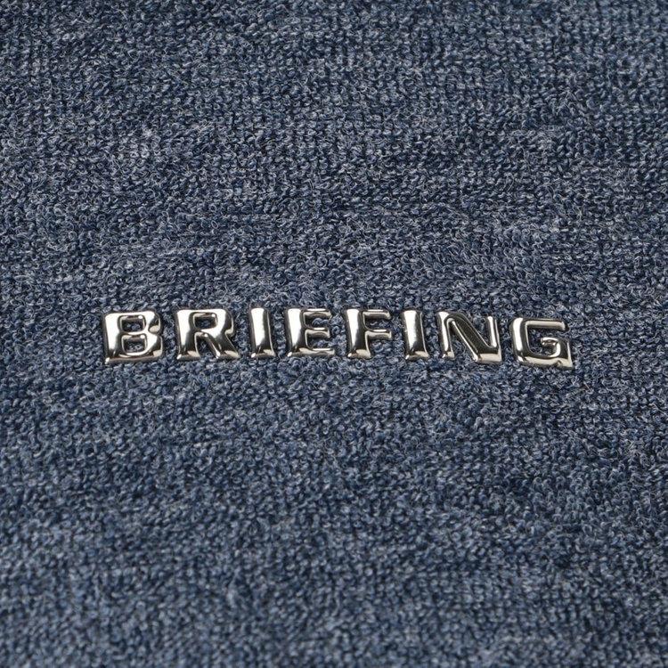 胸元にはBRIEFINGのメタリックロゴをあしらいました。