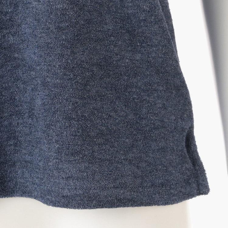 裾両脇にはスリットを配し、タックアウトの再にもバランスよく着こなせます。