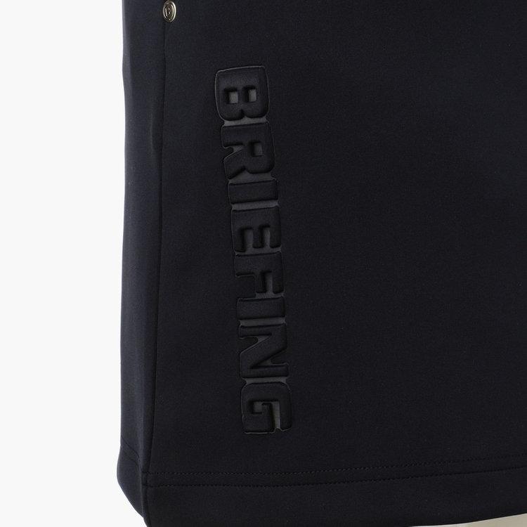 エンボス加工により凹凸で表現したBRIEFINGロゴは存在感がありながらも上品な佇まいに。