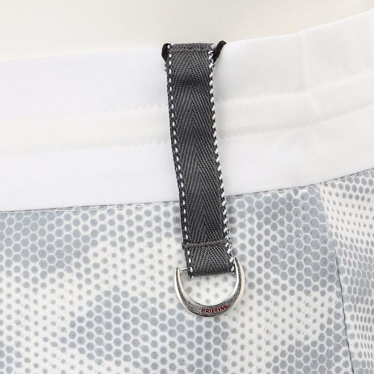 配色のステッチを入れたベルトループにDカンをあしらい、キーなどを装着可能。