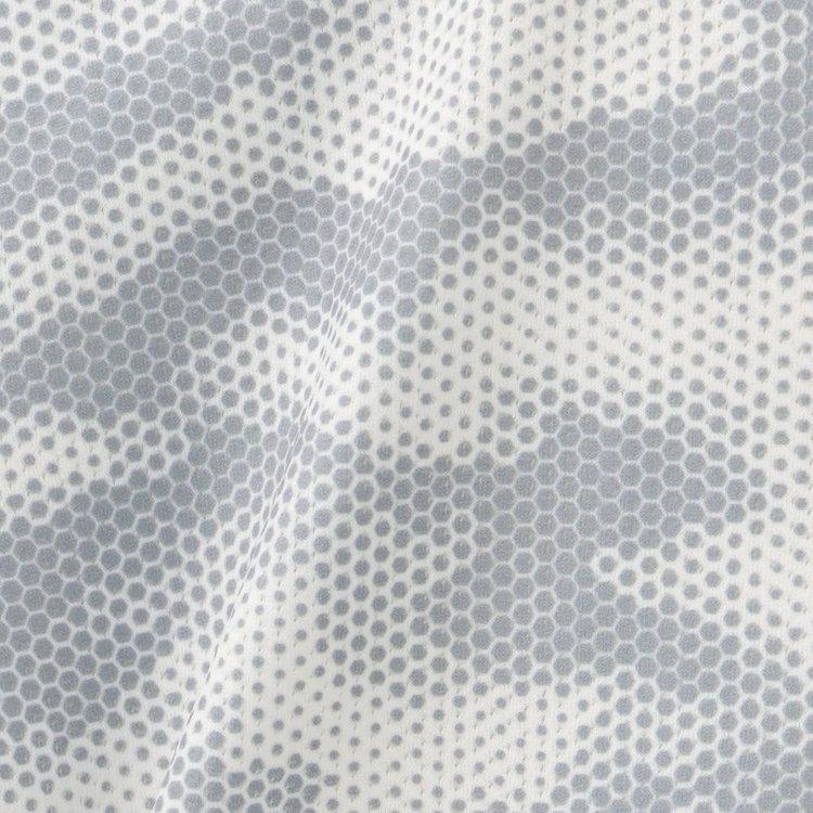 通気性に優れるメッシュ素材を採用。メッシュ地ながら、透けにくく快適に着用いただけます。