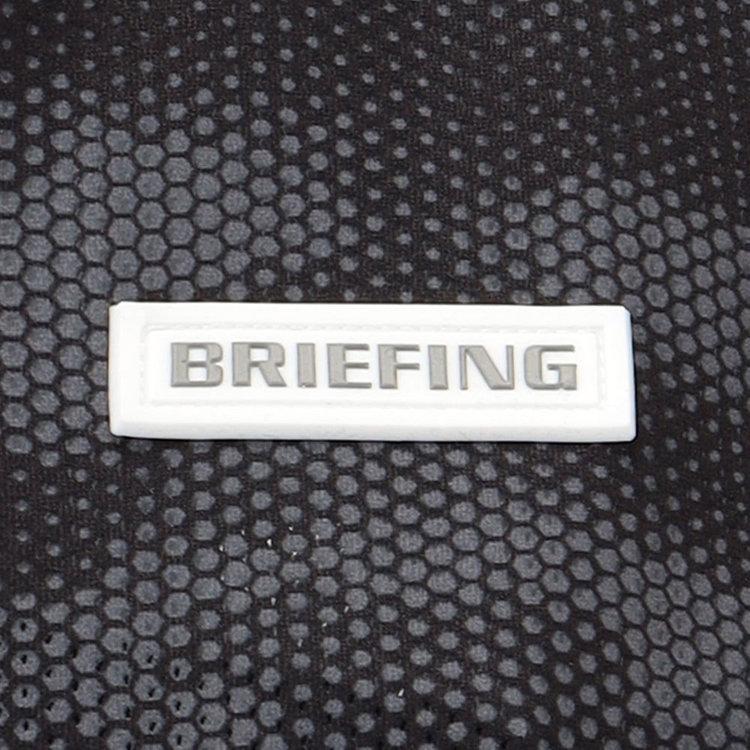 胸元にはBRIEFINGロゴ入りのシリコンワッペンを配しました。