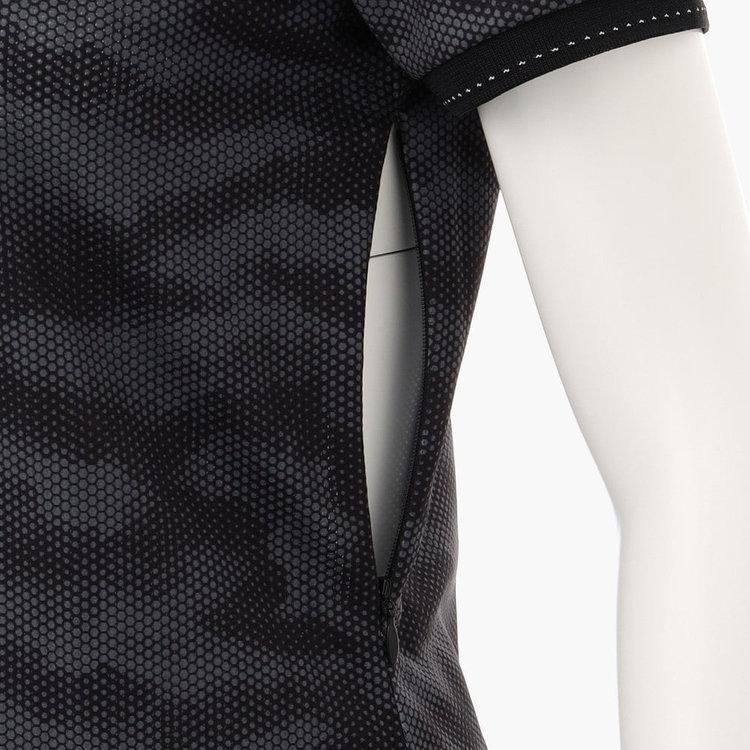 左脇下をファスナーで開閉できる、着脱のしやすさに配慮した構造。