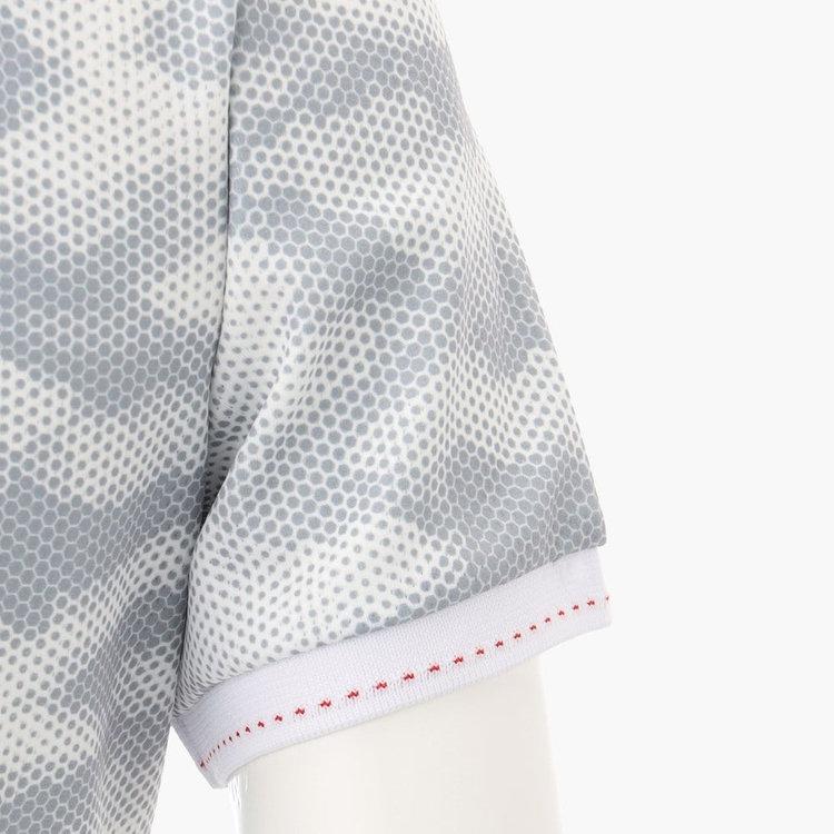 襟、袖口に配色のステッチをあしらい、さりげないアクセントに。