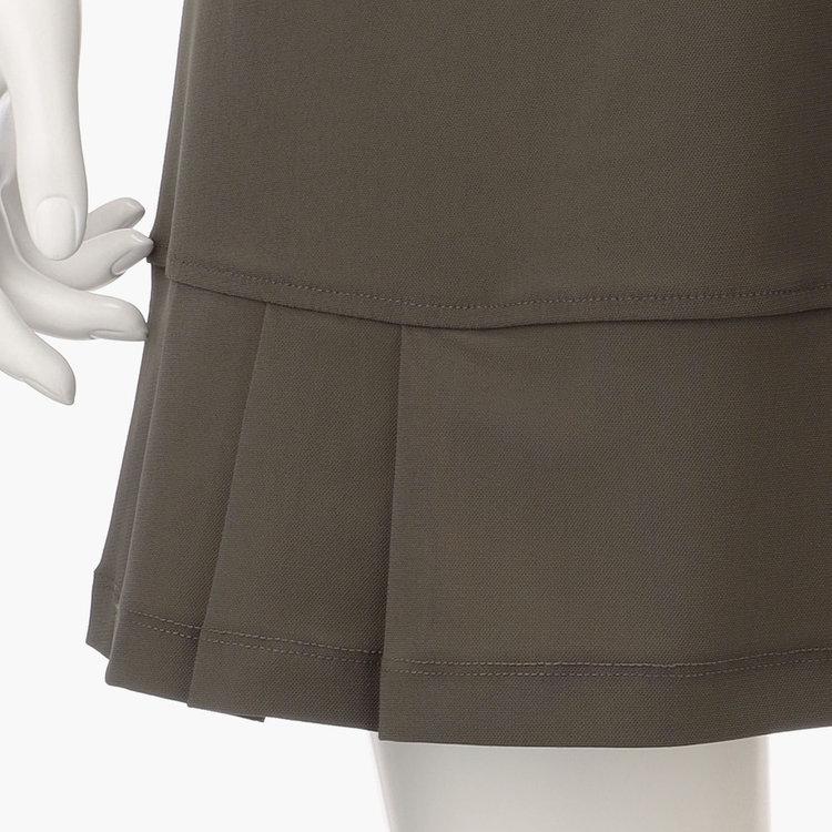 裾はプリーツデザインを採用。女性らしさを演出するデザイン性と、足さばきの良さに配慮した機能性を両立。