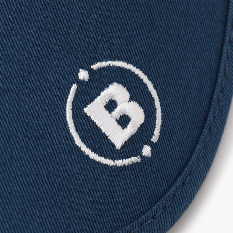 ツバ部分に配したBマークの刺繍。