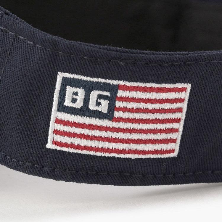 左サイドには星条旗モチーフの刺繍をあしらい、さりげないアクセントに。