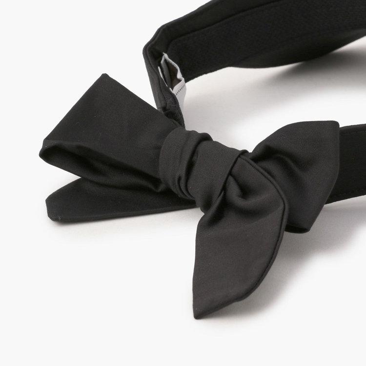 バックのアジャスター部分はリボンデザインを採用。女性らしさをプラスするだけでなく、フィット感の調節も容易。