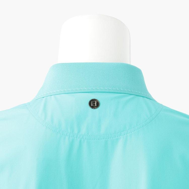 背面首元に配したBマークのメタリックロゴは、シルバーではなくブロンズカラーを採用。