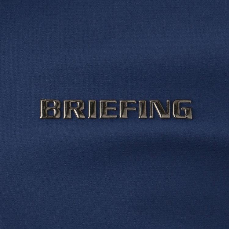 ブロンズカラーのBRIEFINGメタリックロゴを胸元に配し、さりげないアクセントに。