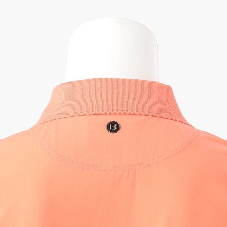 背面九部元に配したBマークのメタリックロゴは、シルバーではなくブロンズカラーを採用。