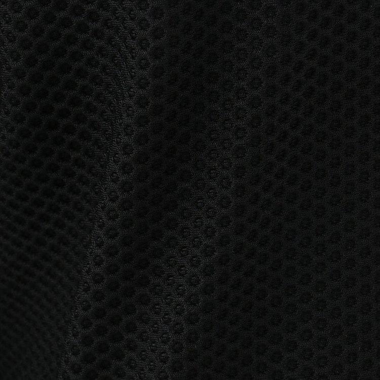 通気性・伸縮性に優れるメッシュ生地をメイン素材に採用。
