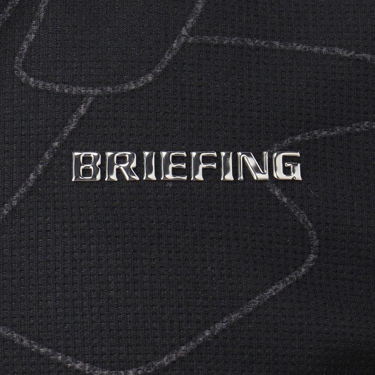 胸元にはBRIEFINGのメタリックロゴをあしらい、さりげないアクセントに。