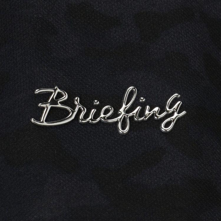 胸元に配したBRIEFINGのメタリックロゴを配し、さりげないアクセントに。