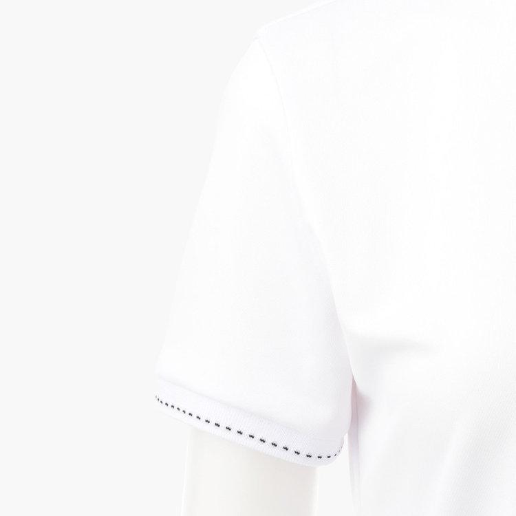 袖口には配色のステッチを配し、女性らしいテイストをプラス。