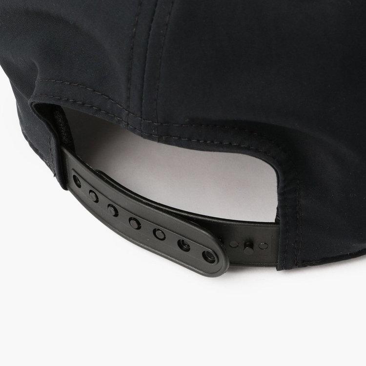 フィット感の調節が可能なアジャスターを搭載。