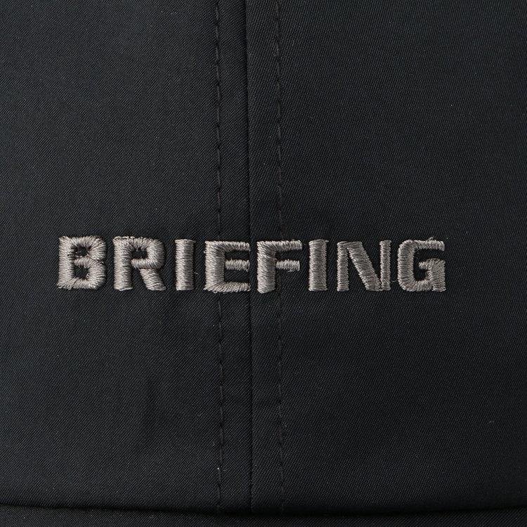 フロントパネルにあしらったBRIEFINGロゴ刺繍は、同系色の配色にする事でシックな雰囲気に。