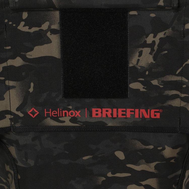 BRIEFING×HELINOXのコラボの証であるWネームのプリントを背もたれ裏に装備。