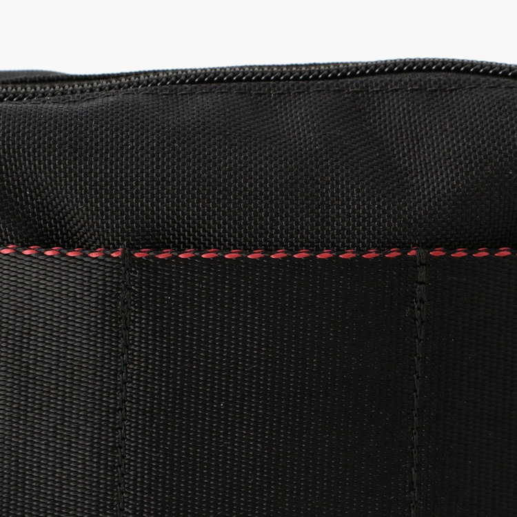 軽量で丈夫な高密度ナイロンをメインに使用。