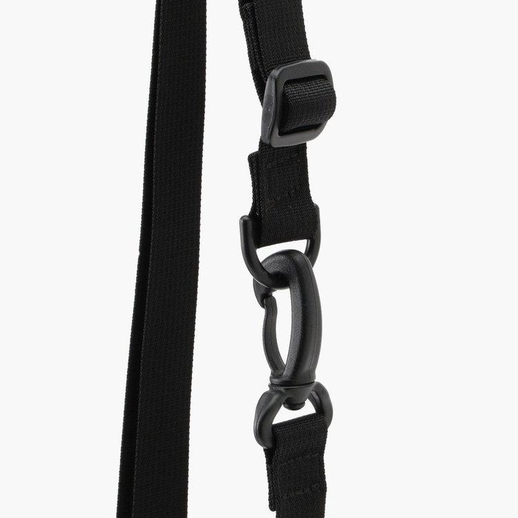長さ調節が可能なストラップは容易に着脱が可能で、手持ち・ショルダーのほか、ハンドルつきのポーチとしても使用が可能。