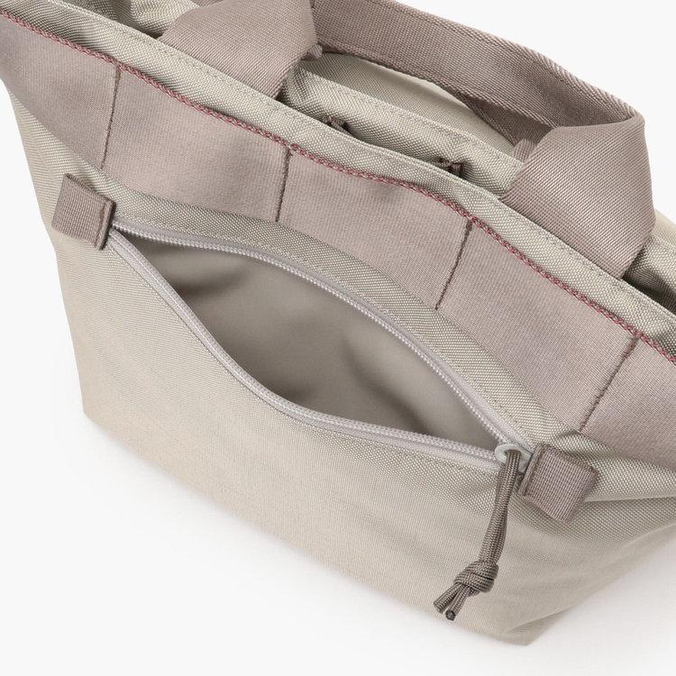 フロントに配したジップポケットは、使用頻度の高い小物類の収納に便利。