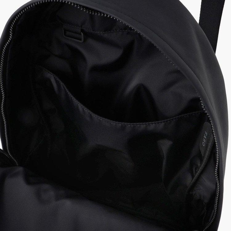 メイン収納部内に配しポケットは、背面側にクッション材を搭載し、PCなども収納する事が可能。