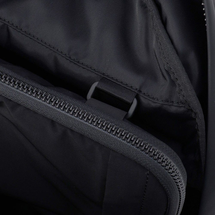 「Fragment PC Pouch」や「Fragment Pouch」を装着する事で収納機能の拡張が可能に。