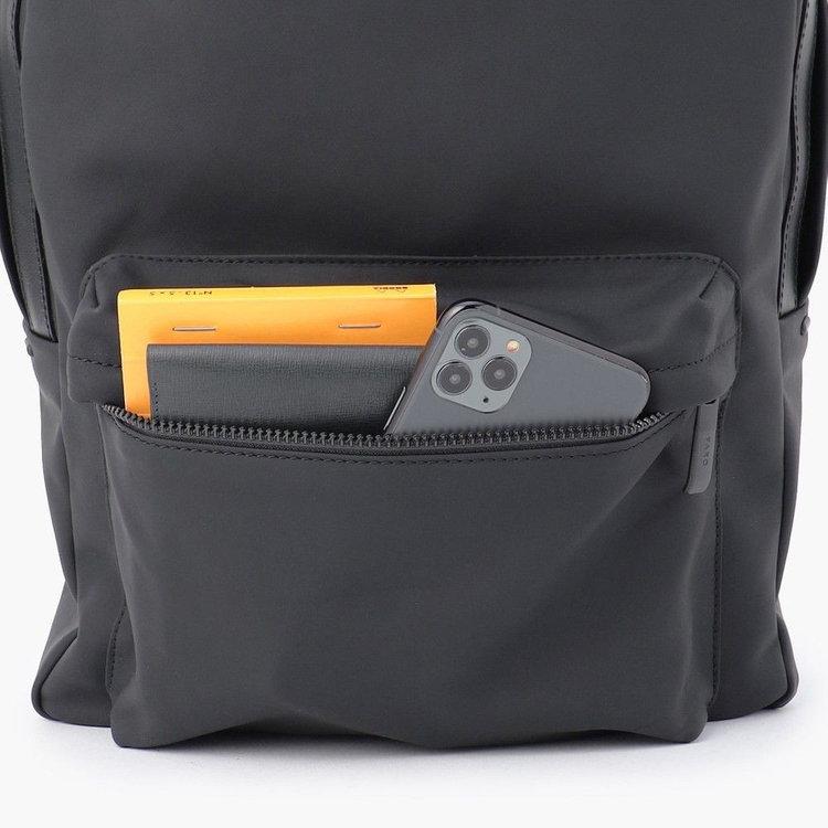 使用頻度の高い小物類の収納に便利なフロントポケットは、マチを設けており収納力も抜群。