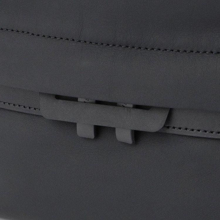 ファスナーを閉じたときに引き手を止めることができる仕様。簡単にファスナーを開ける事が出来なくなるので、セキュリティ面でも安心。