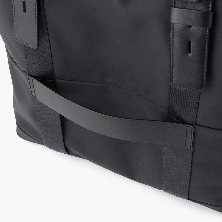 背面にはキャリーケースと合わせ持ちができるベルトを搭載。