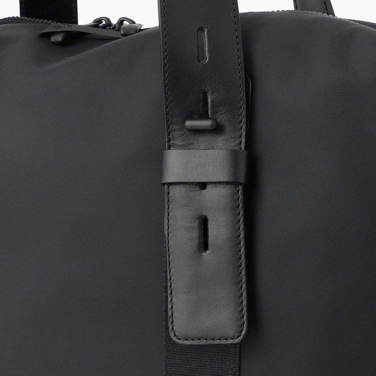 持ち手の長さを調節する事が可能。肩がけスタイル、手持ちスタイルと使用シーンに応じた使い分けが出来ます。