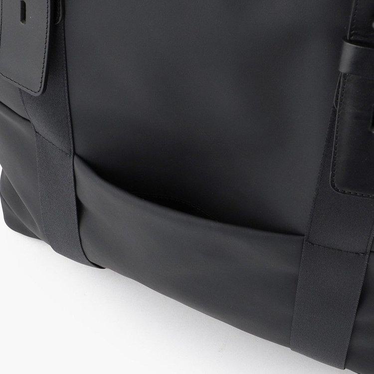 スマホなどの収納に便利なフロントポケット。