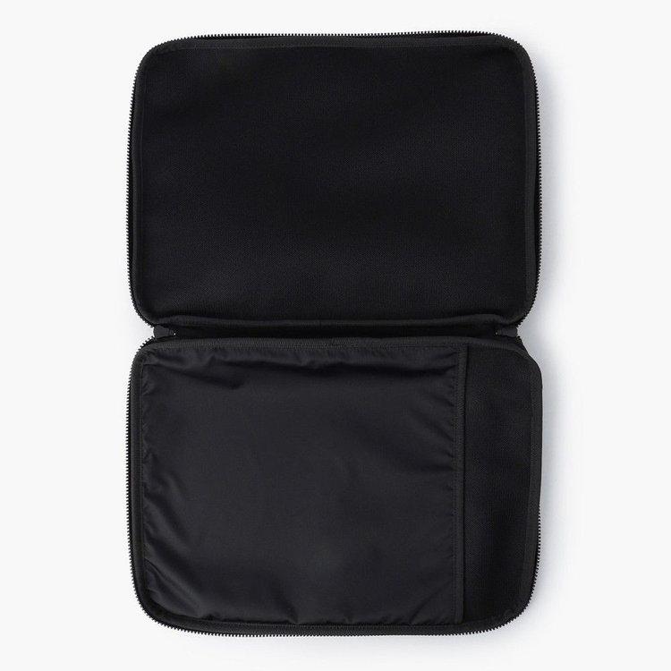 開口部は180°フルオープン仕様で、嵩張る荷物の出し入れも容易に。