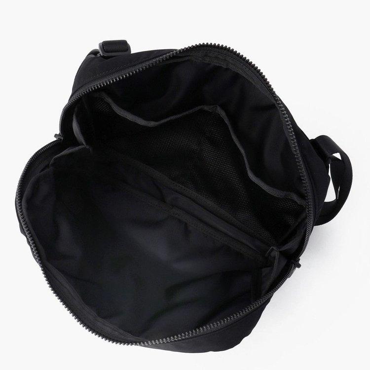 大きく開く開口部のデザインを採用した荷物の出し入れがしやすい構造。