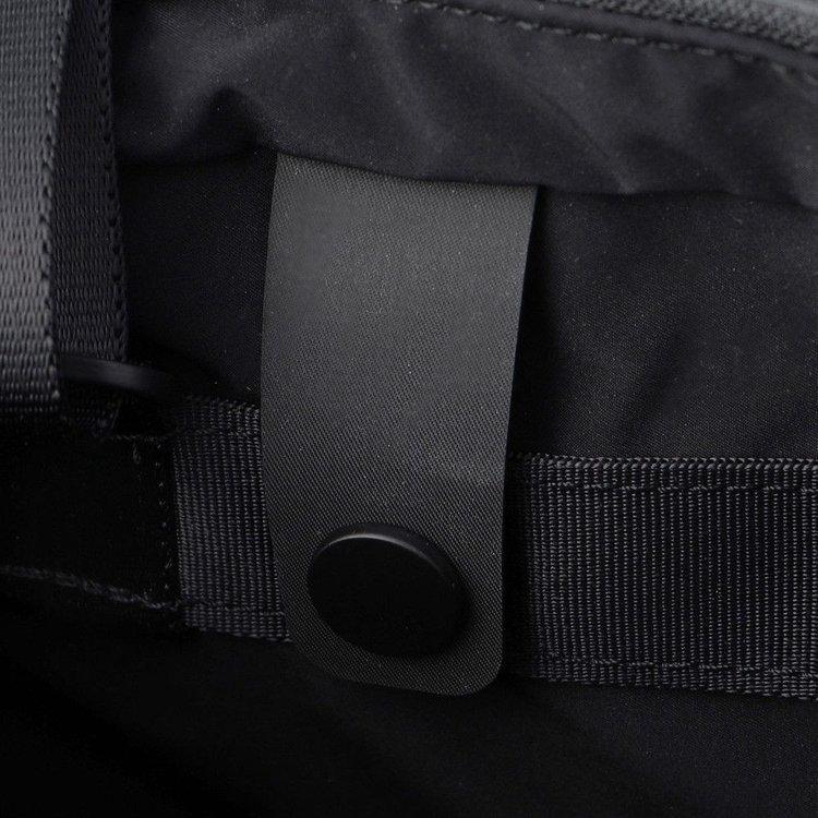 背面側にスナップ仕様のベルトを配し、Flightシリーズのバッグに装着する事で、収納機能を高める事が出来ます。