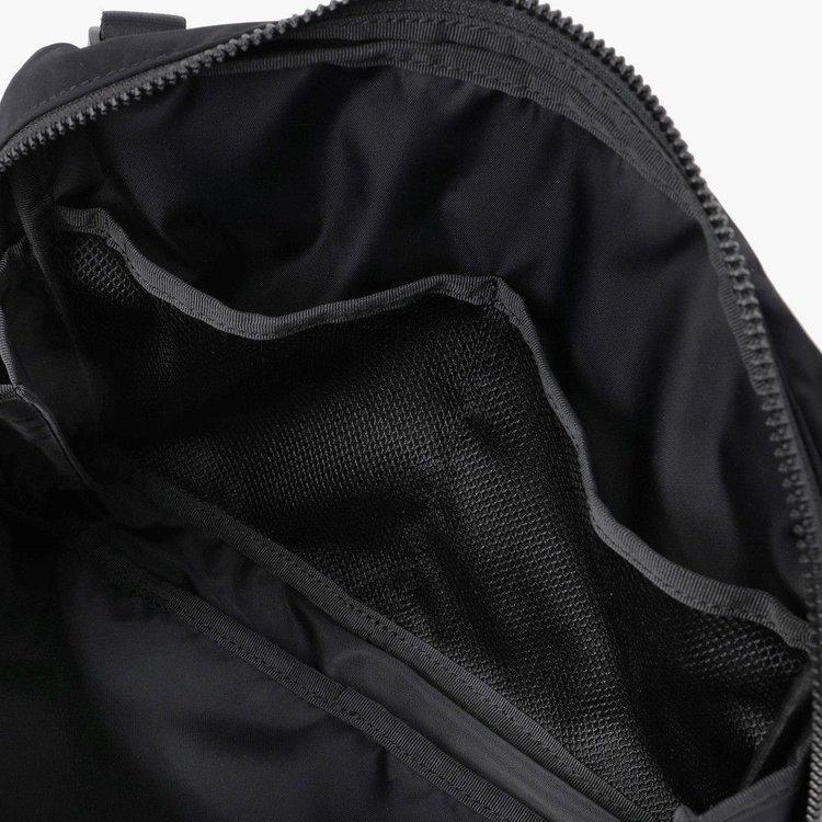 内部には、メッシュポケットを2つ搭載。視認性にすぐれているのでごちゃごちゃしがちなガジェット類などの収納にも便利。