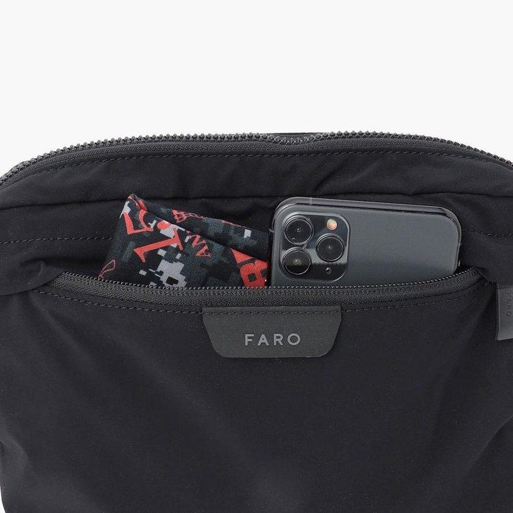 使用頻度の高い小物類の首脳に便利なフロントポケット。