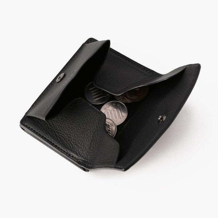 小銭入れの開口部も当初のモデルより大きくしたことで、小銭が見やすく取り出しやすい構造に。