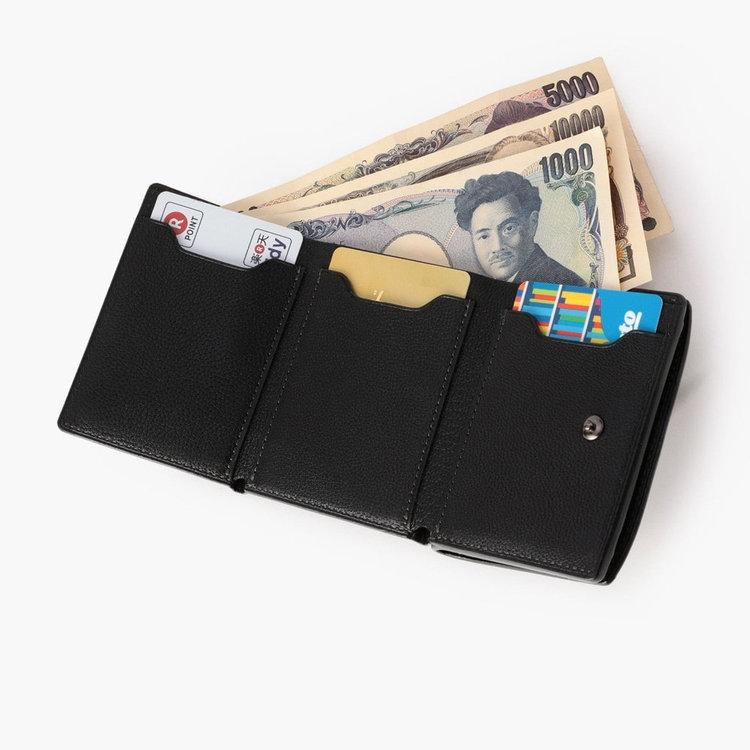 コンパクトなサイジングながら、小銭・カード・お札が収納できるだけでなく、それぞれが取り出しやすい構造に。